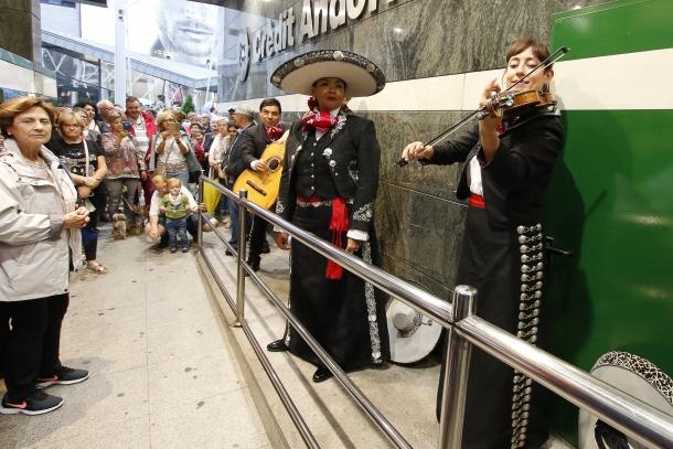 Mariachi Mestizo va actuar en un passatge cobert a causa de la pluja.