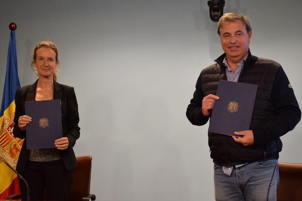 La ministra Sílvia Calvó, i el president de l'Acoda, Josep Roca.