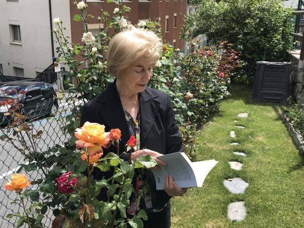 La infermera i llevadora encampadana fulleja un exemplar de les seves memòries professionals, publicades per Anem i acabades de sortir del forn.