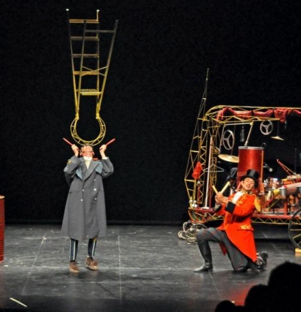 Circ i teatre al carrer a la Seu amb 'Charabia', del grup El Negro y el Flaco