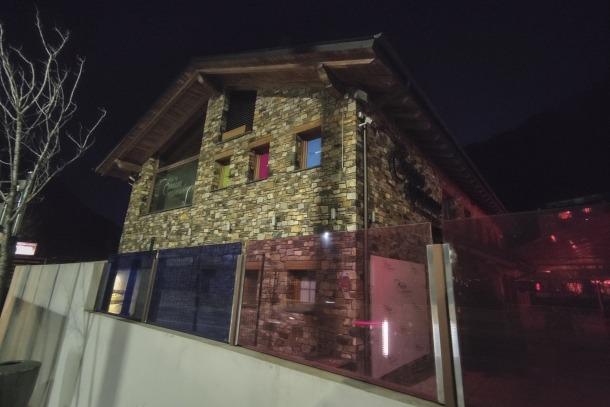 Vista de l'entrada de la discoteca on es va produir l'agressió que la policia investiga.