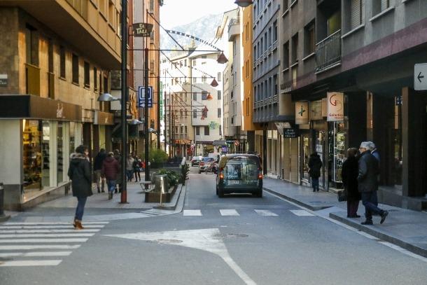 Els carrers de la zona comercial de Riberaygua i travesseres.