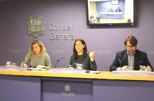 Eva López, Maria Martisella i Carles Naudi el dia de la presentació de la llei.