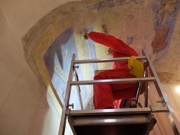 Mireia Tarrés treballant aquesta setmana en la banda de la volta que té la policromia més ben conservada.
