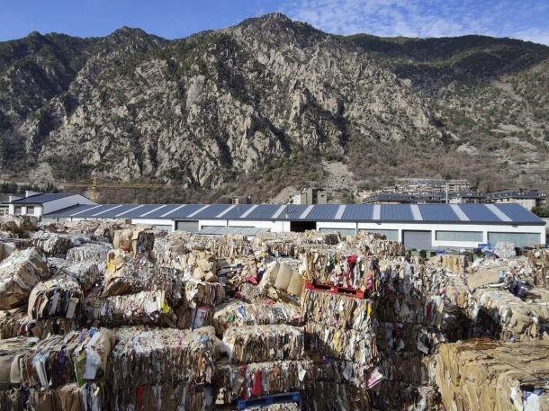 Una planta de tractament de paper i cartró destinat al reciclatge.