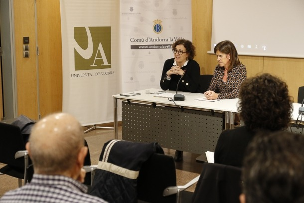 Virgínia Larraz i Ester Vilarrubla en la presentació de l'Aula Magna, ahir.