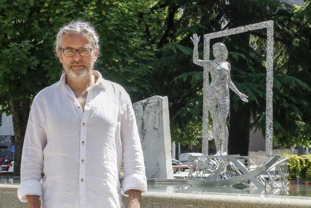 L'escultor Jordi Díez al parc de la Mola, amb l'escultura 'Llindar' al fons, durant la presentació de la mostra, ahir al matí.