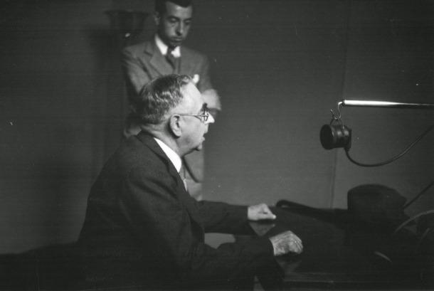 El síndic Cairat en l'al·locució fundacional de Radio Andorra, el 7 d'agost del 1939.