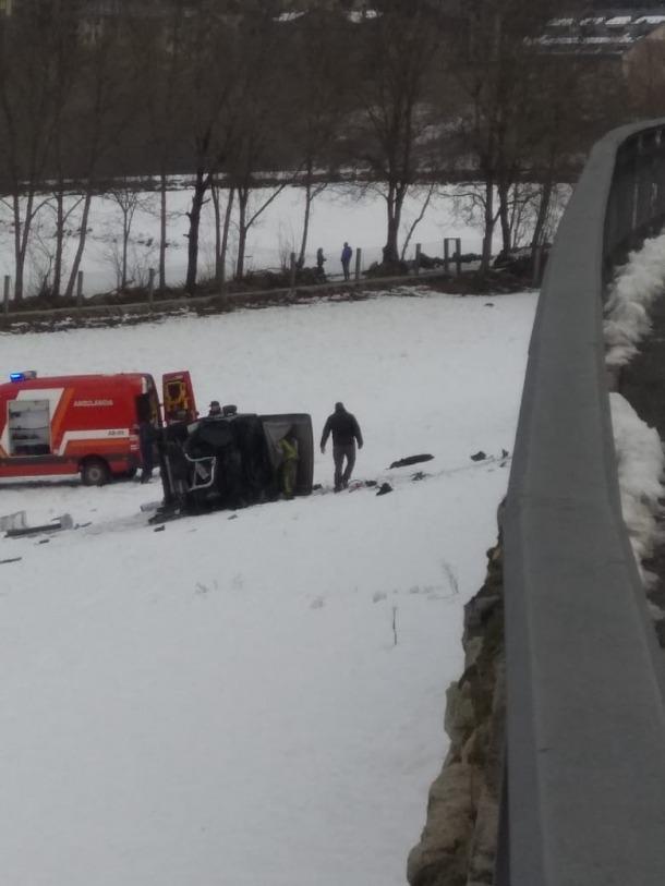 Estat en què va quedar el vehicle bolcat en un prat d'Ordino.