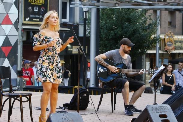 Un moment del concert de Martha Roquett a la plaça Coprínceps.