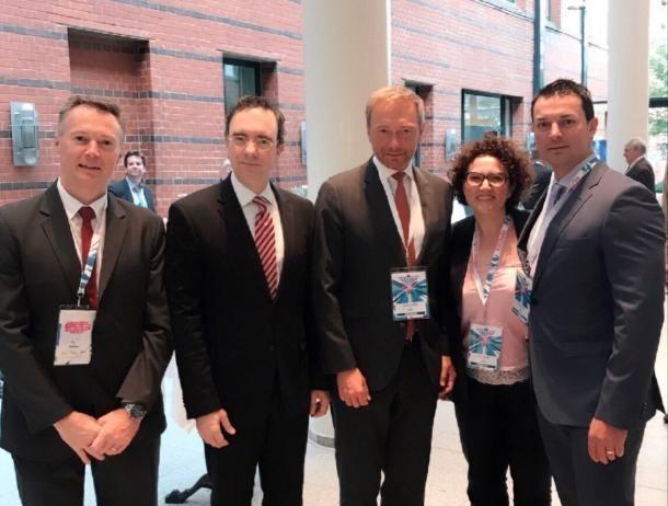 L'A participa al comitè executiu de la Internacional Liberal a Berlín