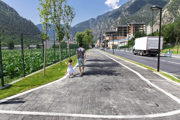 La mateixa avinguda en l'actualitat, després de la construcció del nou passeig, foto també del panell 4.