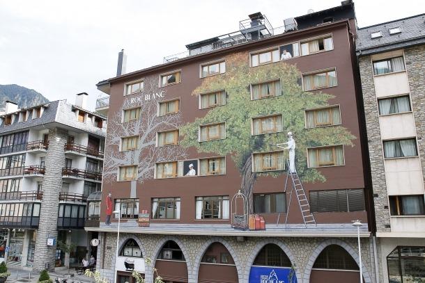 El mural fa uns 25 metres d'alçada i inclou dues finestres en 'trompe l'oeil'.