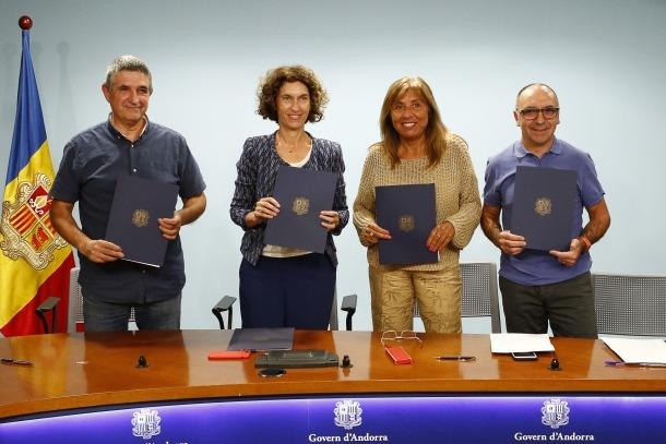 Un moment de la signatura de l'acord amb les entitats col·laboradores.
