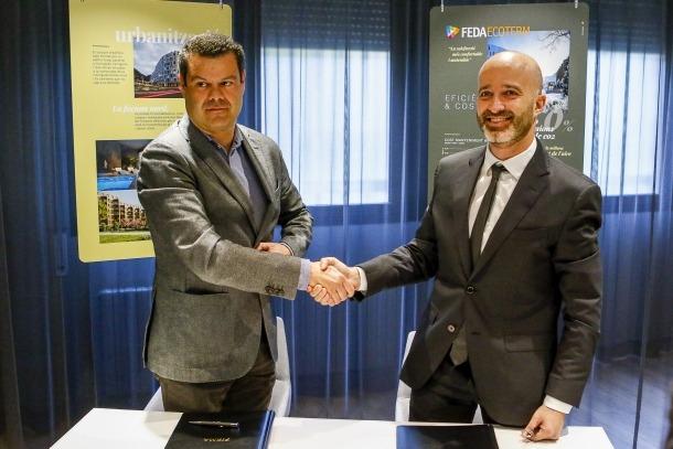Jan Aramburu i Jordi Travé durant l'acte de firma de l'acord.