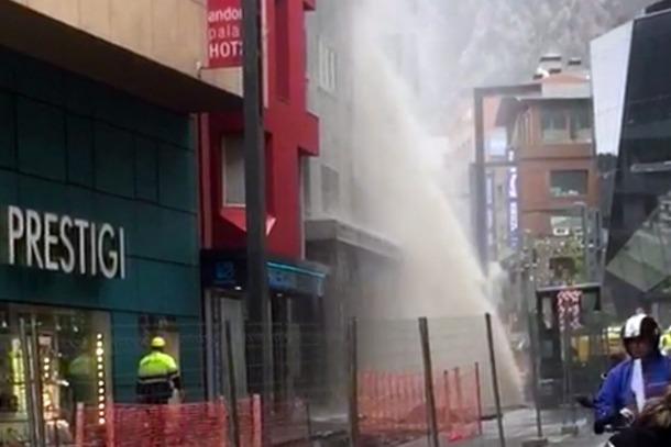 Una fuita d'aigua a Meritxell inunda els baixos de dos edificis