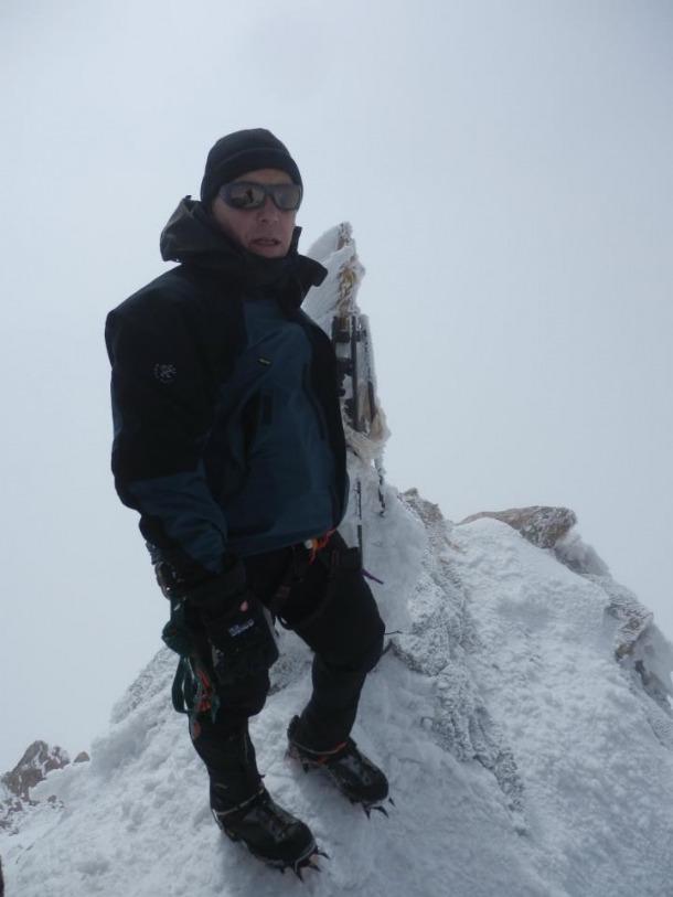 L'alpinista dels Amics de l'Atletisme d'Andorra, Gabi Muñoz, al cim del Zumsteinspitze, un 4.563 metres.
