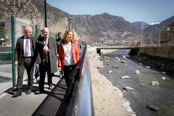 Calvó, Cabanes i Riera van fer una passejada pel tram del Gran Valira restaurat, ahir al matí.
