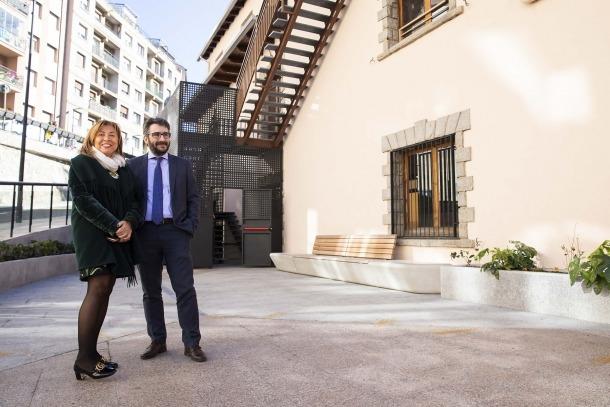 Marsol i Jover davant de l'escola de Ciutat de Valls, ahir.