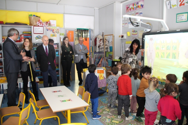 Rosa Gili, Joaquim Dolsa i Magda Mata, ahir durant la visita a les instal·lacions del col·legi espanyol María Moliner.