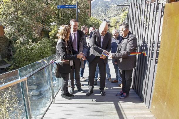 Moment de la inauguració oficial del tram amb la tradicional tallada de la cinta al pont de les Bons.