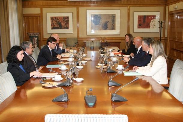 Un moment de la trobada entre Joan Martínez Benazet i el seu homòleg Salvador Illa.