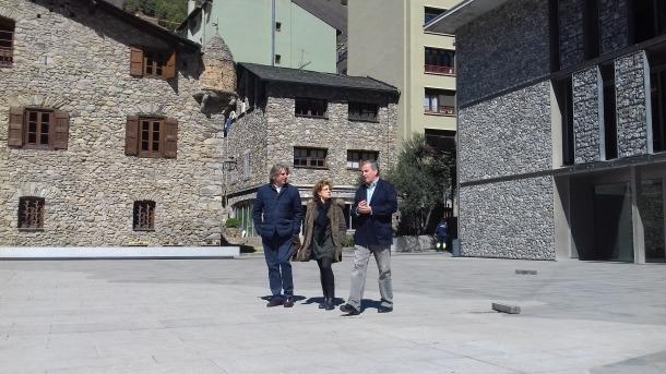 Rafel Gaytán, Rosa Rodríguez i Eusebi Nomen, en campanya a la plaça del Consell.