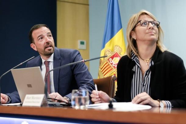 El ministre Jordi Torres i la tècnica d'Ordenament Territorial, Mari Martínez, ahir.