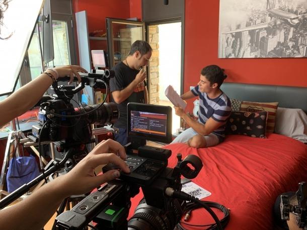 David Aguilar, assegut, revisa el guió amb el director, Hèctor Romance, en el primer dia de rodatge, ahir al pis familiar a la Seu.