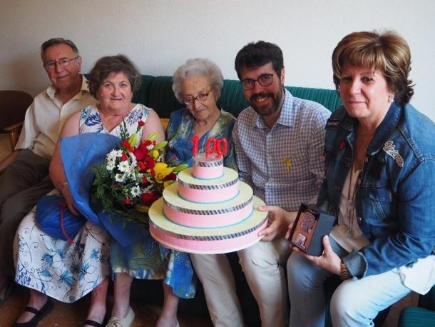 L'àvia centenària Rosario Catells Lluch amb les autoritats.