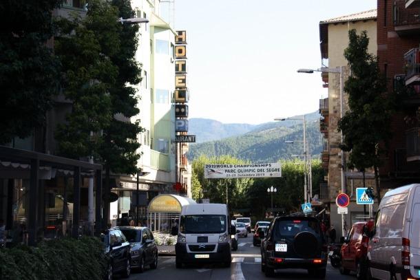 Una pancarta anuncia el Mundial de Piragüisme que es celebrarà a la Seu d'Urgell.