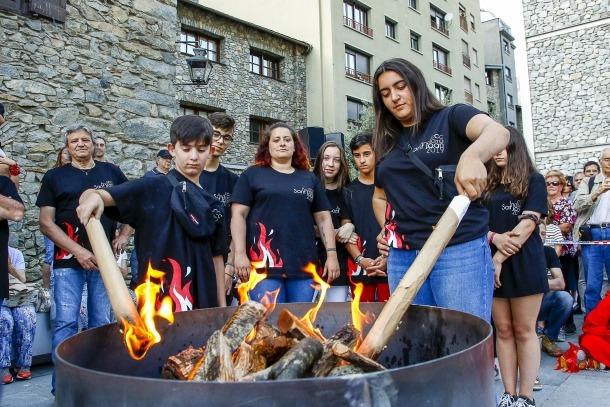 L'arribada de la flama del Canigó a la plaça del Consell General.