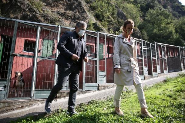 El president de Gos-SOS i la ministra de Medi Ambient, a la gossera: la Porota s'ho mira i no ho acaba d'entendre.