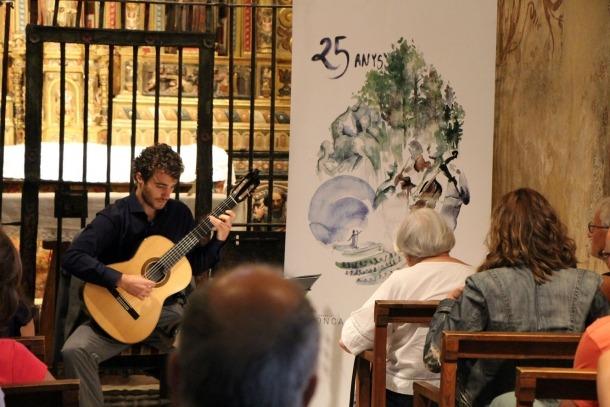 Actuació del guitarrista David Font a l'església de Sant Climent de Pal.