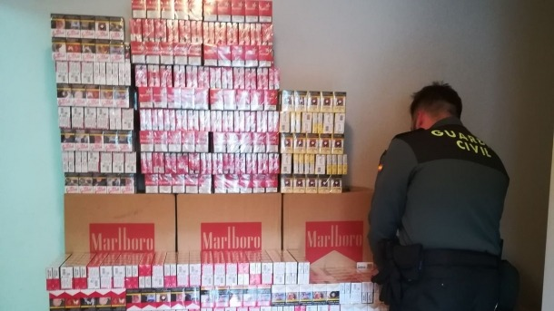 La guàrdia civil amb el tabac confiscat.