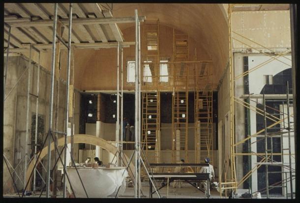 L'altar major, en construcció.