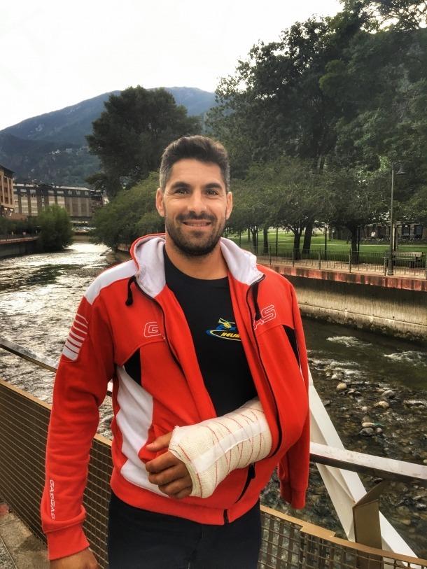 Cristian España rep l'alta i torna a casa per iniciar la recuperació