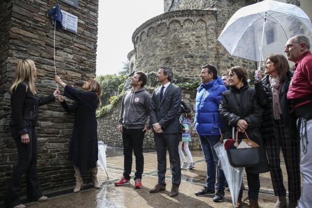 Marsol i l'alcaldessa de Valls, Dolors Farré, descobreixen la placa col·locada a la façana del comú de la capital.