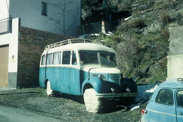 Fotografia de fa més d'un decenni de l'autocar, abans que s'hi erigís el mur que avui no ens el deixa veure.