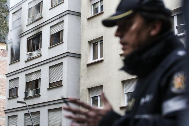 L'edifici sinistrat dilluns a primera hora de la tarda, al carrer de Lòria, que va deixar els ocupants d'onze pisos al carrer.