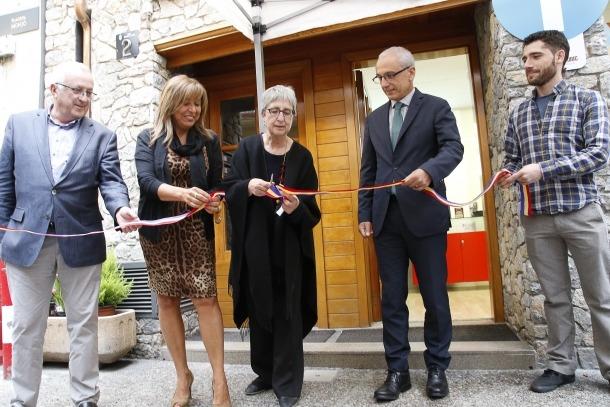 La inauguració del local es va escenificar amb la tradicional tallada de la cinta.