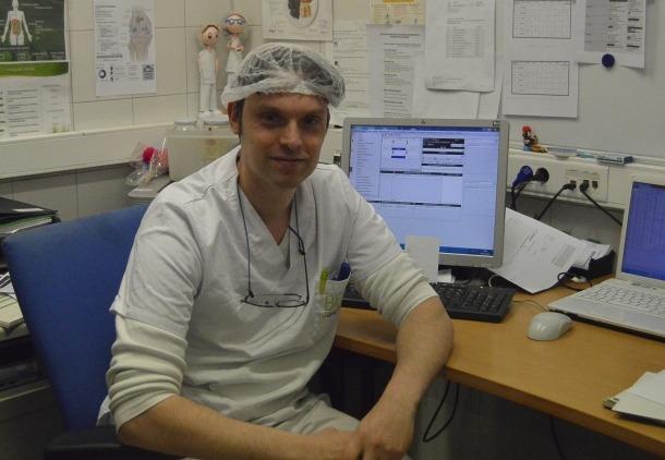 El dietista de Bio Bio, Marc Gil, a la cuina de l'Hospital Nostra Senyora de Meritxell.