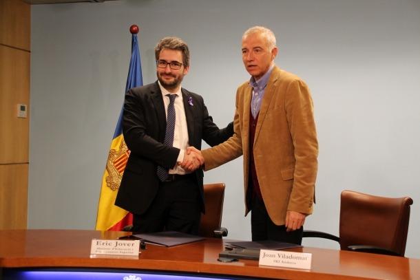 El ministre d'Educació i Ensenyament Superior, Eric Jover, i el president d'Ski Andorra, Joan Viladomat, signen un nou conveni per a l'esquí escolar.