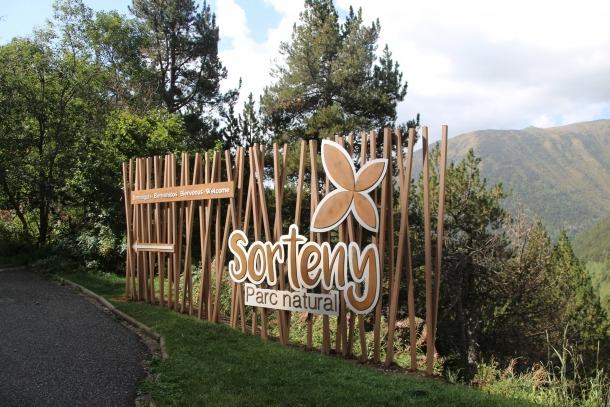 La nova senyalització del parc nacional està integrada amb la natura.