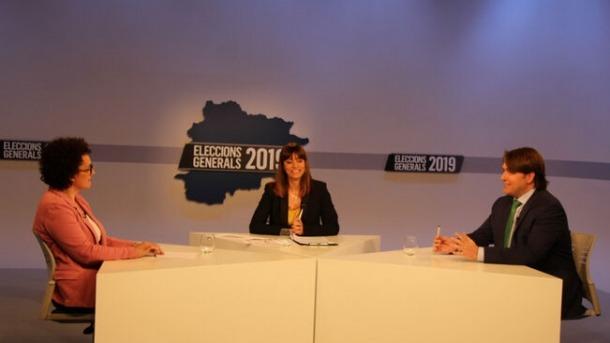 Judith Pallarès i Carles Naudi en el debat que van protagonitzar ahir a Andorra Televisió.