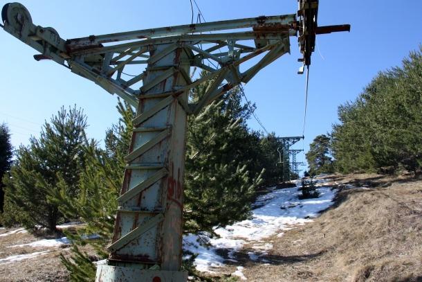 L'antic telecadira que unia l'estació de tren de La Molina amb les pistes d'esquí.