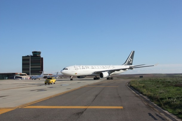 Un Airbus 330-200 circulant per la pista de l'aeroport de Lleida-Alguaire.