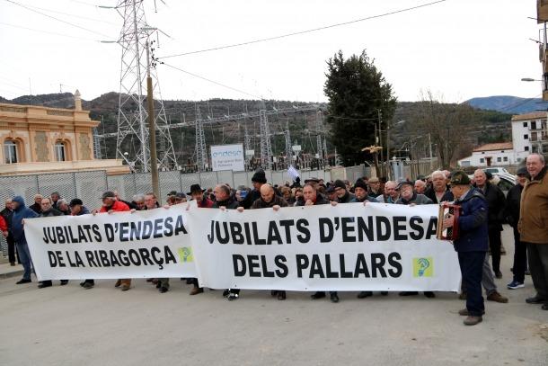 Els manifestants abans d'iniciar el recorregut fins a l'Ajuntament.