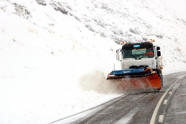Una màquina llevaneu neteja la carretera al port de la Bonaigua.
