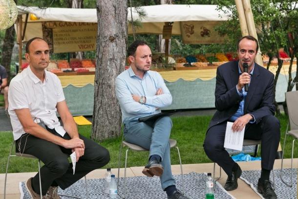 El moderador Oriol Cesena, Espot i Baró en la xerrada inaugural, ahir.
